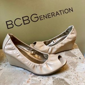 EUC - BCBGeneration - tan patent leather wedges!